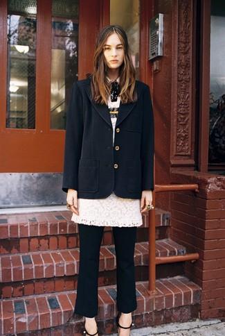 Comment porter: manteau noir, robe fourreau en dentelle blanche, pantalon de costume noir, sandales à talons en cuir noires