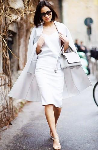 Comment porter: manteau blanc, robe fourreau blanche, sandales à talons en cuir beiges, sac bandoulière en cuir blanc