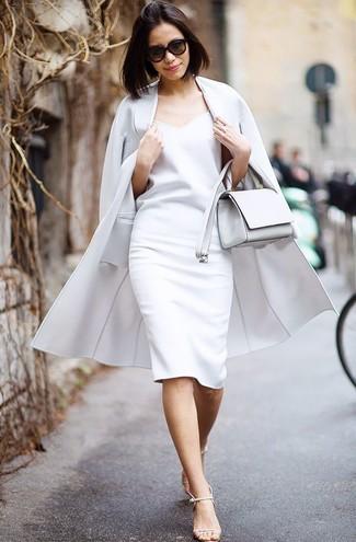 Comment porter: manteau gris, robe fourreau blanche, sandales à talons en cuir beiges, sac bandoulière en cuir blanc