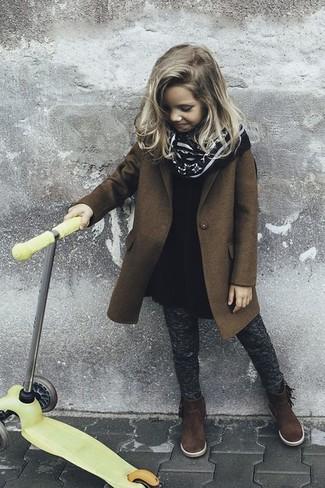 Comment porter: manteau marron, robe en laine noire, leggings gris foncé, bottes en daim marron foncé