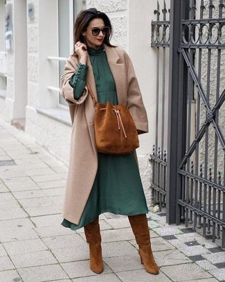 Comment porter: manteau beige, robe midi en chiffon vert foncé, bottes hauteur genou en daim tabac, sac bourse en daim tabac