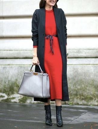 Comment porter: manteau gris foncé, robe midi en laine rouge, bottines à lacets en cuir noires, sac fourre-tout en cuir gris