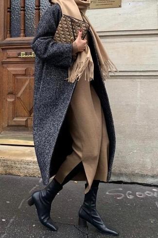Tenue: Manteau à chevrons gris foncé, Robe midi en laine marron clair, Bottines en cuir noires, Pochette en cuir marron