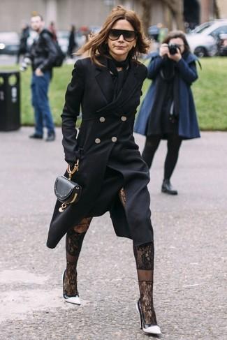 Comment porter: manteau noir, robe midi noire, escarpins en cuir blancs et noirs, pochette en cuir noire