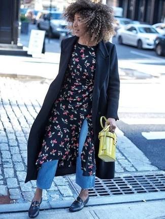 Comment porter: manteau noir, robe midi à fleurs noire, jupe-culotte en denim bleue, slippers en cuir noirs