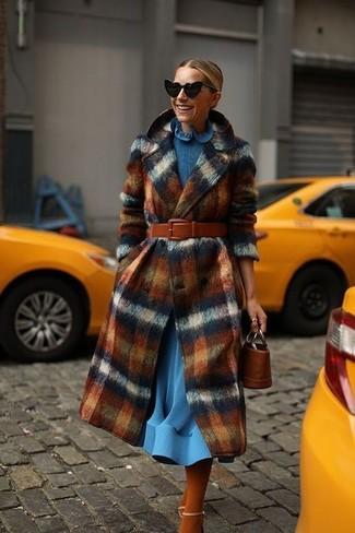 Comment porter des vêtements de dessus à carreaux: Pour une tenue de tous les jours pleine de caractère et de personnalité marie des vêtements de dessus à carreaux avec une robe midi en laine bleue. Une paire de des sandales à talons en cuir beiges est une option astucieux pour complèter cette tenue.