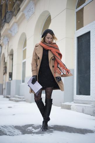 Comment porter: manteau marron clair, robe moulante noire, cuissardes en cuir noires, pochette en cuir violet clair