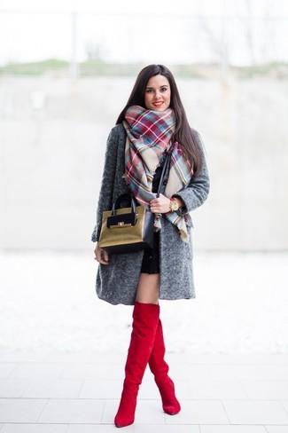 Comment porter: manteau gris foncé, robe moulante noire, cuissardes en daim rouges, sac bandoulière en daim olive