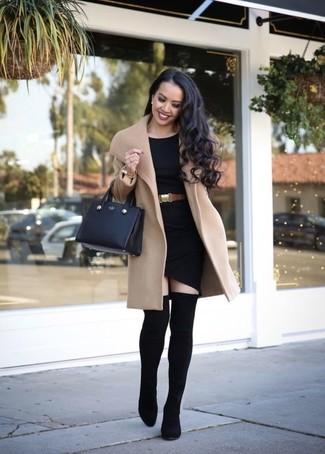 Comment porter une ceinture serre-taille en cuir marron clair: Pense à harmoniser un manteau marron clair avec une ceinture serre-taille en cuir marron clair pour créer un look génial et idéal le week-end. Jouez la carte classique pour les chaussures et choisis une paire de des cuissardes élastiques noires.