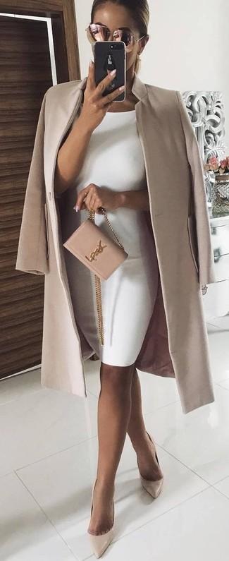 Comment porter: manteau beige, robe moulante blanche, escarpins en cuir beiges, sac bandoulière en daim rose