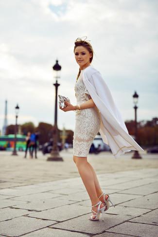 Opte pour un look sophistiqué avec un manteau blanc et une montre dorée. Cette tenue se complète parfaitement avec une paire de des sandales à talons en cuir blanches.