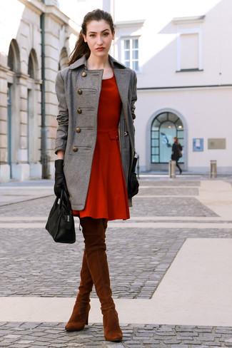Comment porter: manteau gris, robe patineuse rouge, cuissardes en daim tabac, sac fourre-tout en cuir noir