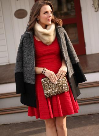Comment porter: manteau gris foncé, robe patineuse rouge, pochette pailletée dorée, écharpe en fourrure beige