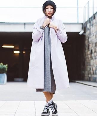 Comment porter: manteau violet clair, robe-pull en tricot grise, baskets montantes en toile noires, bonnet en tricot noir