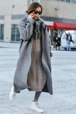 Comment porter: manteau gris, robe-pull en tricot grise, baskets montantes en cuir blanches, écharpe grise