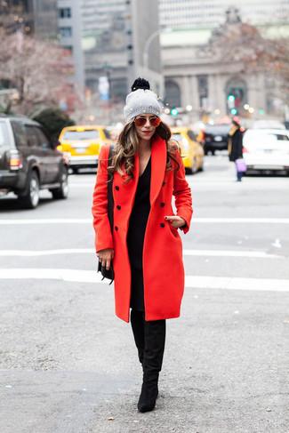 Comment porter: manteau rouge, robe-pull noire, bottes hauteur genou en daim noires, sac bandoulière en cuir noir