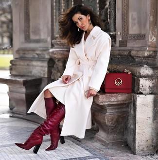 Comment porter: manteau blanc, robe-pull blanche, bottes hauteur genou en cuir bordeaux, cartable en cuir rouge