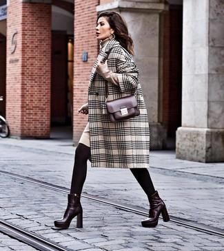 Comment porter: manteau écossais beige, robe-pull beige, bottines en cuir bordeaux, sac bandoulière en cuir bordeaux