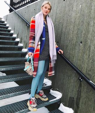 Comment porter: manteau écossais rouge, robe-pull gris foncé, chaussures de sport multicolores, écharpe violet clair