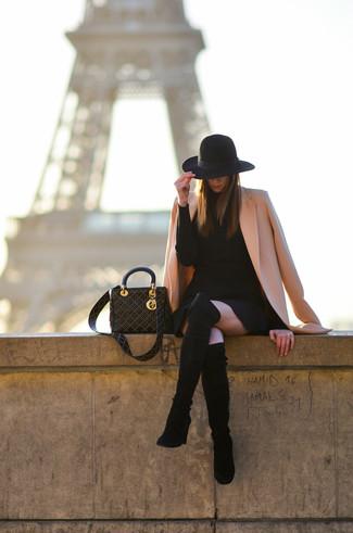 Comment porter: manteau rose, robe-pull noire, cuissardes en daim noires, sac fourre-tout en cuir à clous noir