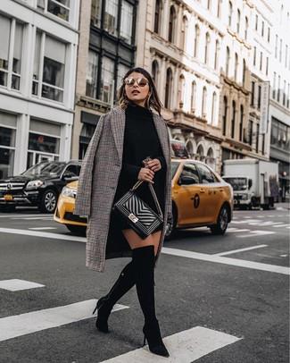 Marie une robe-pull noire femmes Maison Margiela avec un manteau à carreaux brun pour affronter sans effort les défis que la journée te réserve. Une paire de des cuissardes en daim noires est une option génial pour complèter cette tenue.