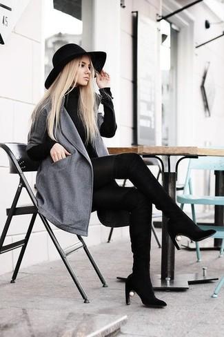 Comment porter une robe-pull noire: Opte pour une robe-pull noire avec un manteau gris pour une tenue confortable aussi composée avec goût. Une paire de des cuissardes en daim noires s'intégrera de manière fluide à une grande variété de tenues.