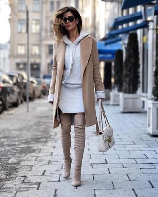 Comment porter: manteau marron clair, robe-pull grise, cuissardes en daim beiges, cartable en cuir matelassé blanc