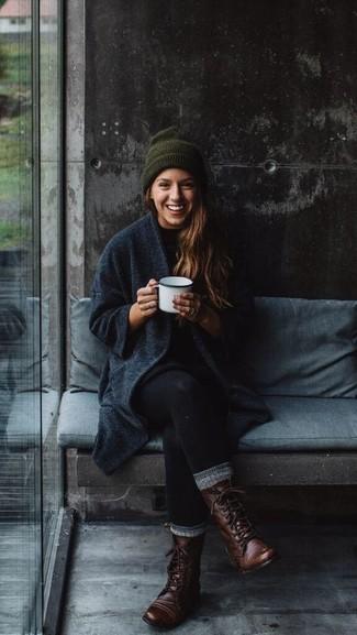 Les journées chargées nécessitent une tenue simple mais stylée, comme un manteau gris foncé et des leggings noirs. Cette tenue se complète parfaitement avec une paire de des bottines plates à lacets en cuir marron foncé.