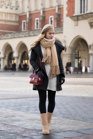 Comment porter: manteau en tricot gris foncé, robe-pull blanche, leggings noirs, bottes ugg marron clair
