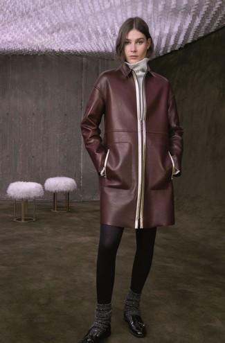 Comment porter: manteau en cuir marron foncé, robe-pull blanche, mocassins à pampilles en cuir noirs, chaussettes en laine gris foncé