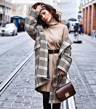 Comment porter un manteau écossais beige: Essaie de marier un manteau écossais beige avec une robe-pull marron clair pour un look de tous les jours facile à porter.