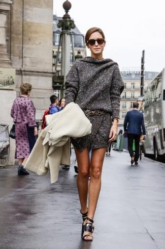 Comment porter: manteau beige, robe-pull gris foncé, sandales à talons en cuir noires, ceinture en cuir marron foncé