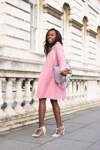 Comment porter un sac à dos en cuir gris: Marie un manteau rose avec un sac à dos en cuir gris pour une tenue relax mais stylée. Une paire de escarpins en cuir á pois blancs et noirs est une option génial pour complèter cette tenue.