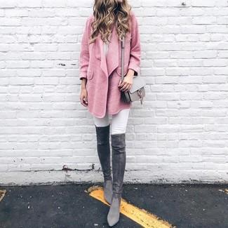Comment porter: manteau rose, jean skinny blanc, cuissardes en daim gris foncé, sac bandoulière en cuir gris