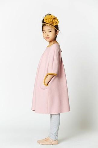 Comment porter: manteau rose, leggings gris, ballerines beiges, bandeau moutarde