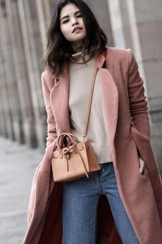 Comment porter: manteau rose, pull à col roulé beige, jean bleu, sac bandoulière en cuir marron clair