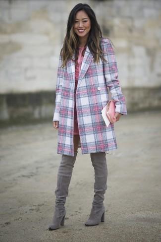 Comment porter: manteau écossais rose, robe fourreau en dentelle rose, cuissardes en daim grises, pochette en cuir rose