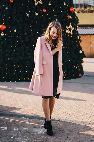 Comment porter: manteau rose, robe moulante en dentelle noire, bottines en daim noires