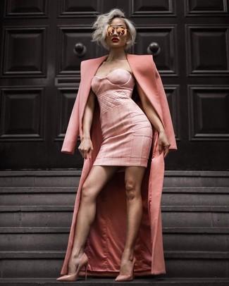 Comment porter: manteau rose, robe moulante rose, escarpins en cuir roses, lunettes de soleil roses