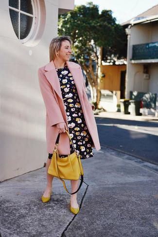 Comment porter: manteau rose, robe patineuse à fleurs noire, ballerines en cuir moutarde, sac fourre-tout en cuir moutarde