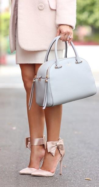 Comment porter: manteau rose, robe-pull blanche, escarpins en satin beiges, cartable en cuir bleu clair