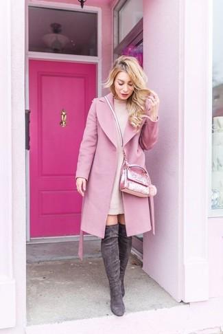 Comment porter: manteau rose, robe-pull rose, cuissardes en daim gris foncé, sac bandoulière orné rose