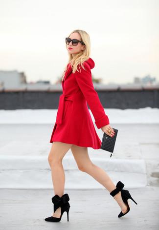 Pense à opter pour un manteau rouge pour se sentir en toute confiance et être à la mode. Une paire de des escarpins en daim noirs est une option astucieux pour complèter cette tenue.