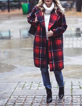 Comment porter: manteau écossais rouge et bleu marine, pull à col roulé en laine blanc, jean bleu, bottines en cuir noires
