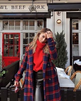 Comment porter: manteau écossais rouge et bleu marine, pull à col roulé en tricot rouge, jupe crayon en cuir noire, lunettes de soleil rouges
