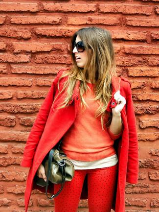 Comment porter: manteau rouge, pull à col rond orange, jean rouge, sac fourre-tout en cuir olive