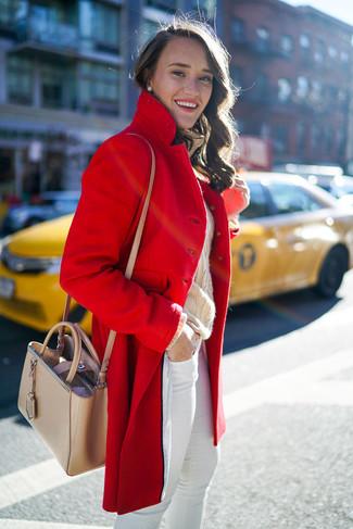 Comment porter: manteau rouge, pull à col roulé en laine en tricot beige, jean skinny blanc, sac bandoulière en cuir beige