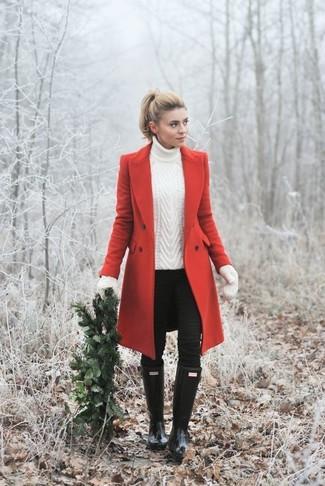 Comment porter: manteau rouge, pull à col roulé en tricot blanc, jean skinny noir, bottes de pluie noires