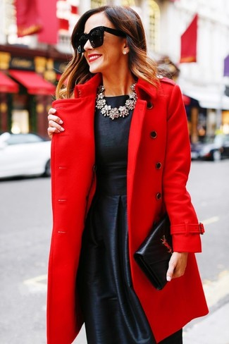 Comment porter: manteau rouge, robe évasée en satin noire, pochette en cuir noire, collier transparent