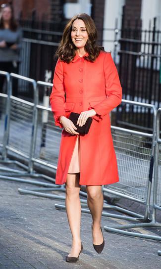 Comment porter: manteau rouge, robe fourreau rose, escarpins en daim noirs, pochette en daim noire